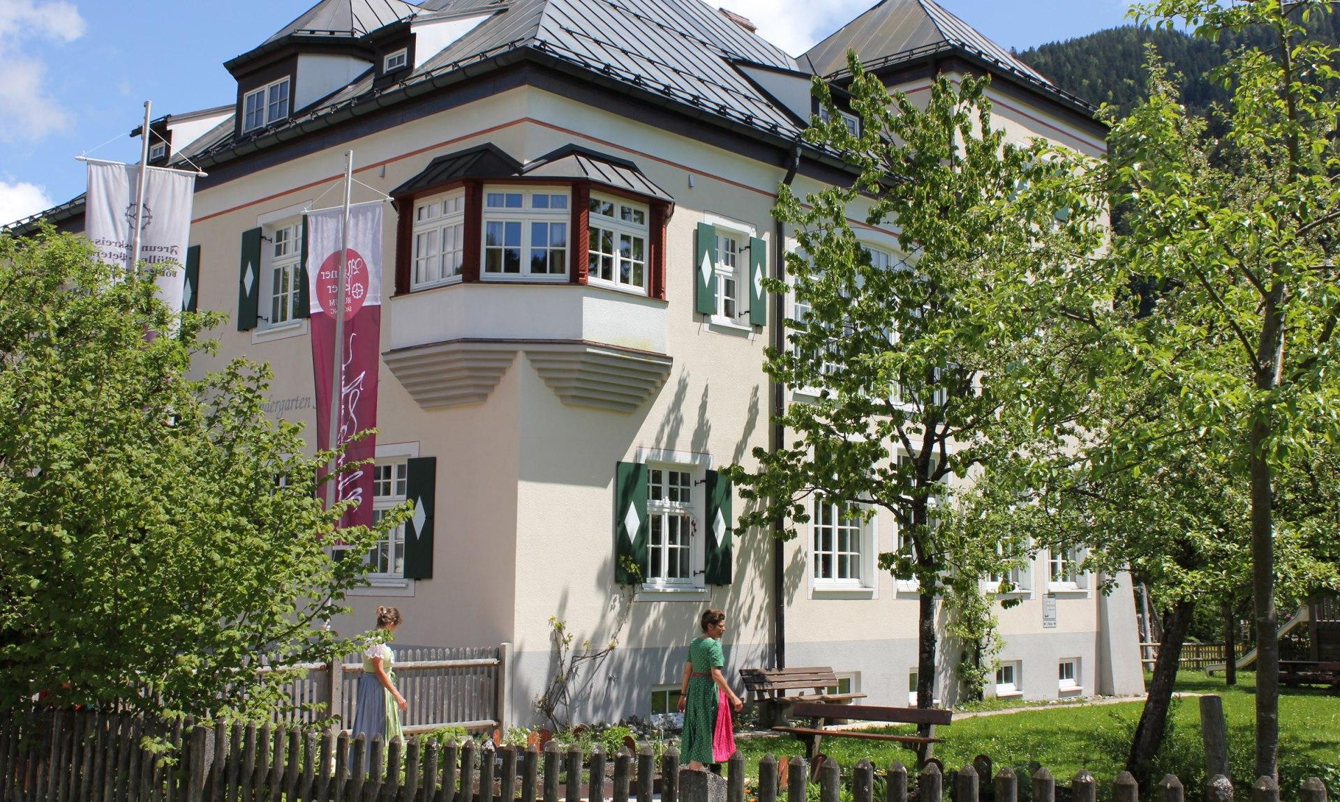 Alte Schule Sachrang mit Heilkräutergarten, © Tourist Info Aschau i.Ch.