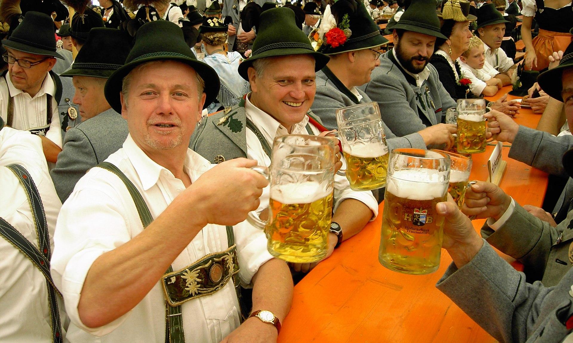 Trachtler im Bierzelt, © Tourist Info Aschau i.Ch.