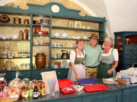 Die Damen vom Burgladerl mit Herbert Reiter, © Tourist Info Aschau