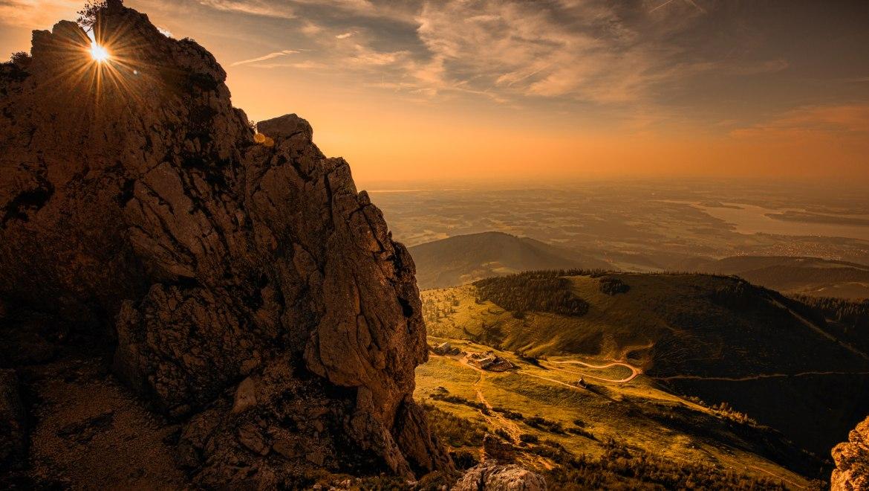 Sonnenuntergangsblick durch die Felsen der Kampenwand, © Ralf Blumenschein