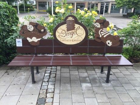 197_Schokoladen-und Pralinen-Bankerl aufgestellt von der Confiserie Dengel, © Tourist Info Aschau i.Ch.