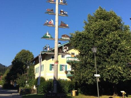 WaldApotheke Sachrang - Linde am Maibaum und Sachranger Dorfladen, © Tourist Info Aschau im Chiemgau