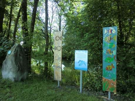 Holzstele Prientaler Flusslandschaft in Prien, © Tourist Info Aschau i.Ch.