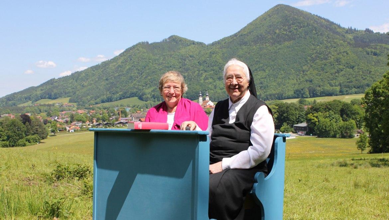 13_Blaue Bank gestiftet von der Katholischen Pfarrgemeinde, © Tourist Info Aschau i.Ch.