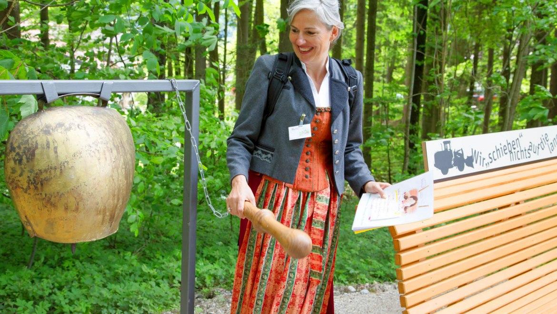7_Die lange Bank gestiftet von Reiter Gerhard - an der Station 4 Boarisch Tamtam - Führung Wadlkraft und Hirnschmoiz mit Petra Knickenberg, © Tourist Info Aschau i.Ch.